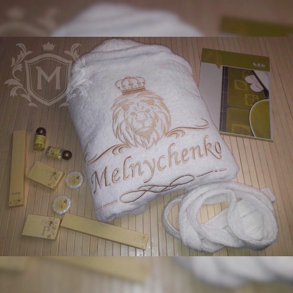 белый махровый халат с вышивкой