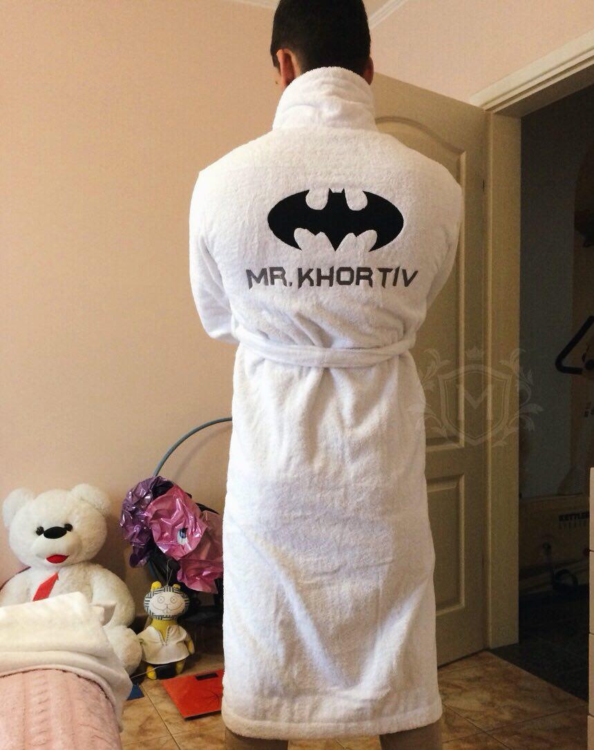 махровый белый халат с вышивкой бэтмена