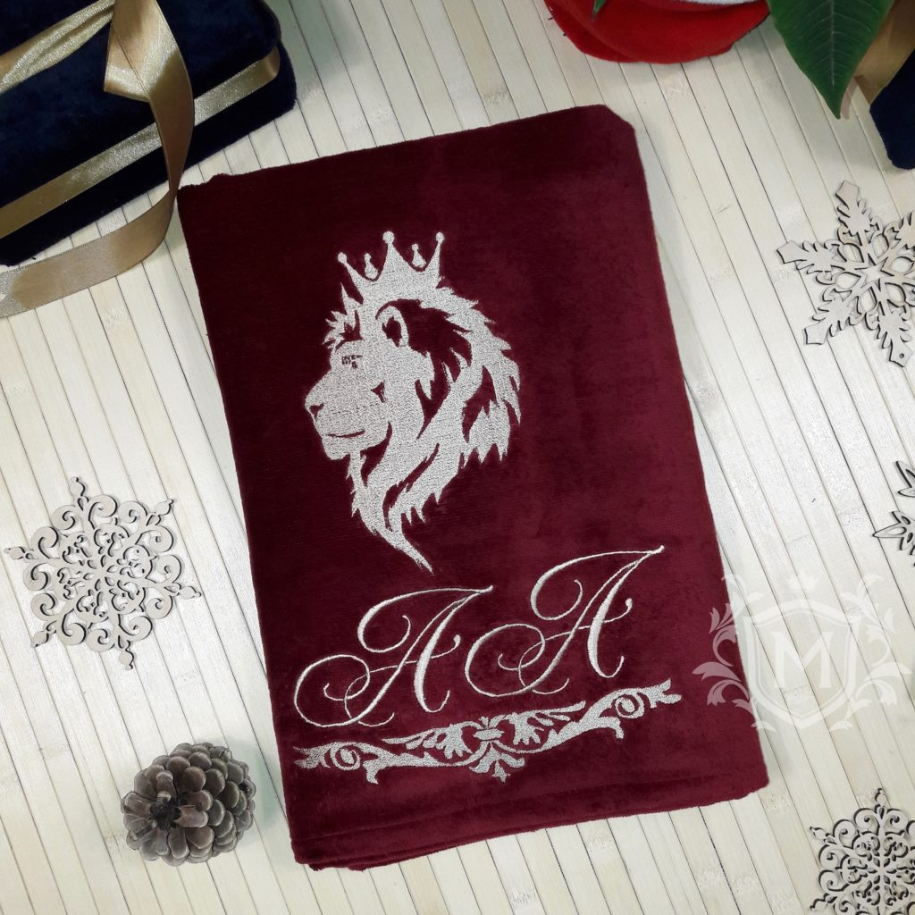 бордовое полотенце с вышивкой льва