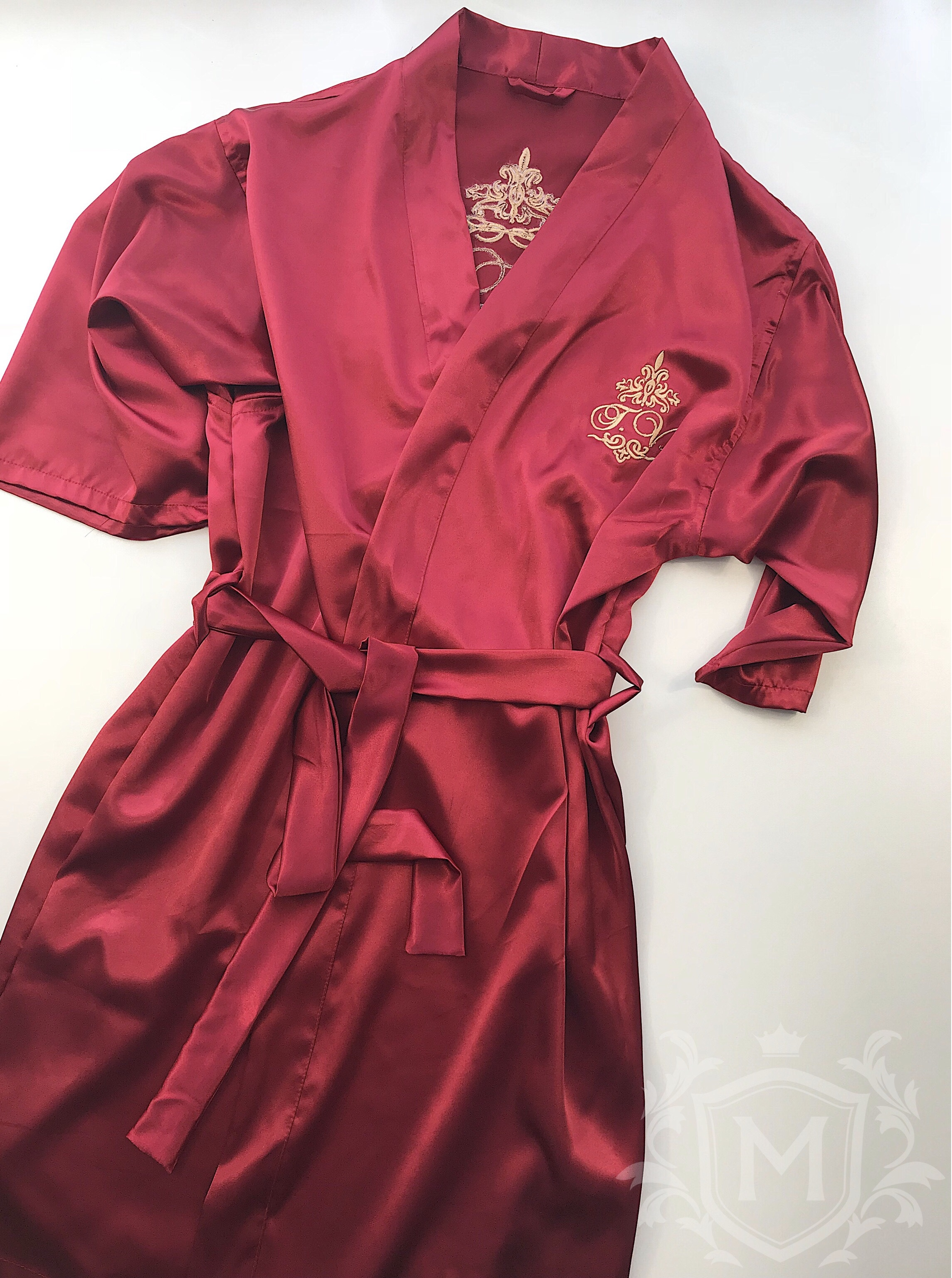 атласный халат с вышивкой