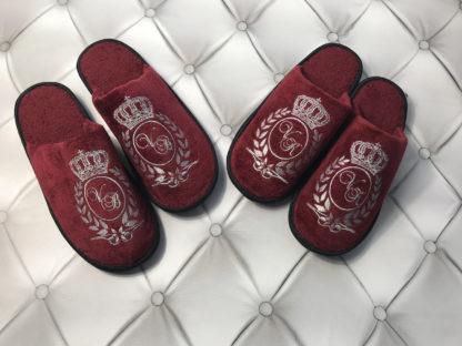 бордовые тапочки именные с вышивкой инициалов в центре лаврового венка с короной