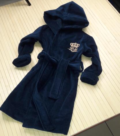 детский именной халат синего цвета с вышивкой на груди короны и инициалов