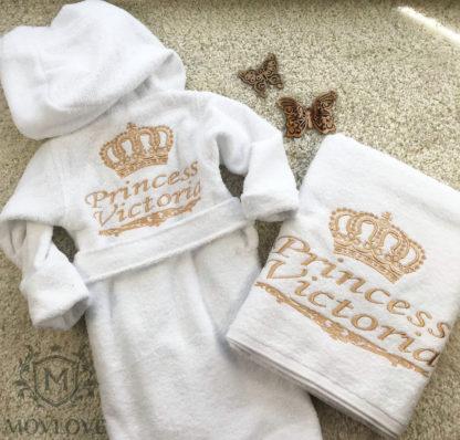 вышивка на халате и полотенце белом для ребенка золотом