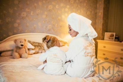 мама с дочкой в семейных халатах с вышивкой золотого цвета на белой махре