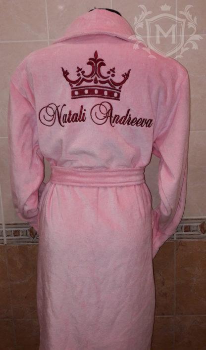 розовый женский именной халат с короной и надписью бордового цвета
