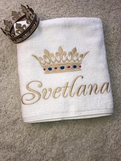полотенце с вышивкой короны и имени