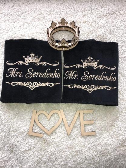 вышивка на полотенце черного цвета и надписи фамилий