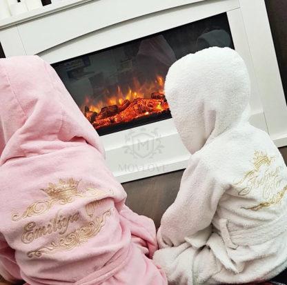 счастливые детки с именными халатами с вышивкой, сидят в тепле и уюте