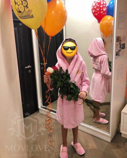 подарок для любимой доченьки розового именного халата с вышивкой и именными тапочками