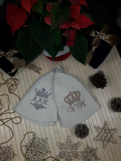 именная шапочка для бани с вышивкой инициалов и корон