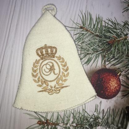 именная банная шапочка с вышивкой первой буквой имени в лавровом венке с короной