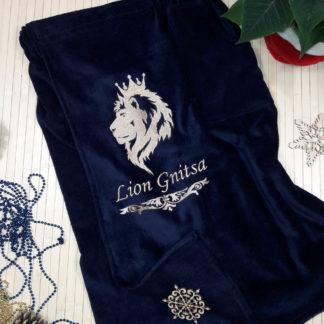 банный килт с вышивкой льва в профиль и фамилии подчеркнутой завиткой
