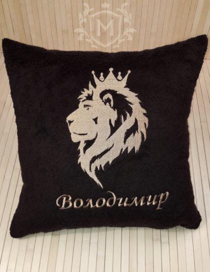 подушка именная с вышивкой льва в профиль и имени