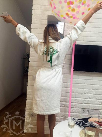 белый женский именной халат с вышивкой логотипа