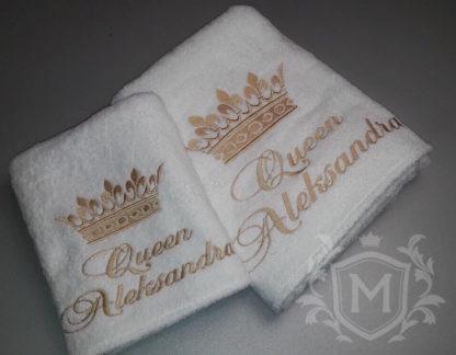 банное полотенце с вышивкой золотой короны и надписи