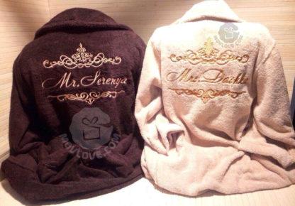 коричневый и бежевые именные парные халаты с вышивкой имен и завиток