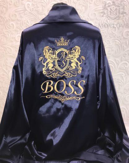 темно-синий атласный халат с вышивкой семейного герба и надписи BOSS