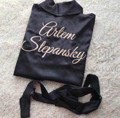 черный атласный халат с вышивкой золотого цвета имя и фамилия
