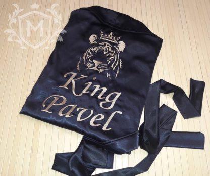 вышивка на халате атласном тигра с короной и надписи Король Павел