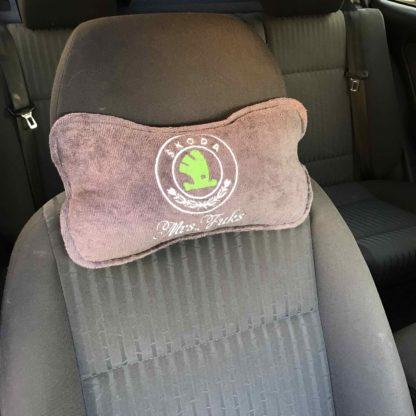 подголовник именной в машину с логотипом шкода